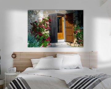 Malerische Haustür auf Mallorca von roten Blüten umrankt von Hans-Heinrich Runge