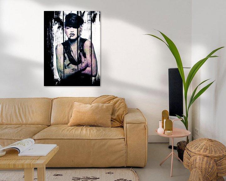 Beispiel: Madonna-Porträt mit Zigarette und Lederkappe auf Holz-Effekt von Art By Dominic