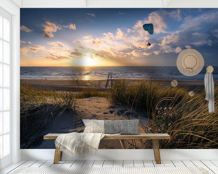 Sfeerimpressie behang: Fly (paraglider strand Dishoek) van Thom Brouwer