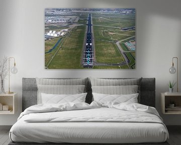 Photo aérienne de la piste de Schiphol avec l'avion de KLM sur aerovista luchtfotografie