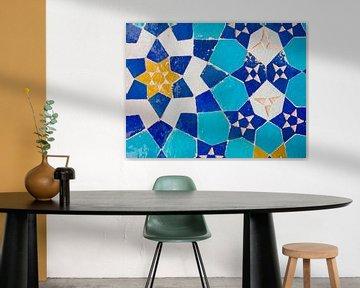 Bunte Mosaikfliesen aus einer Moschee im Iran von Teun Janssen