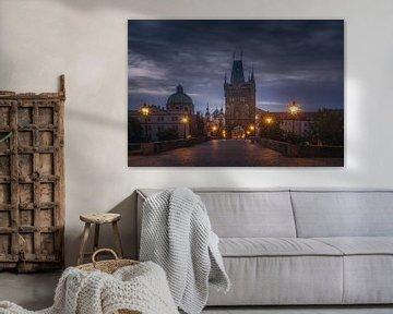 Dageraad op de Karelsbrug in Praag van Dennis Donders