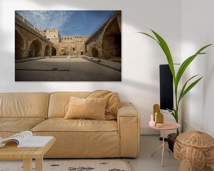 Sfeerimpressie: Binnenplaats van Kasteel van de Tempeliers in Accra, Israel van Joost Adriaanse
