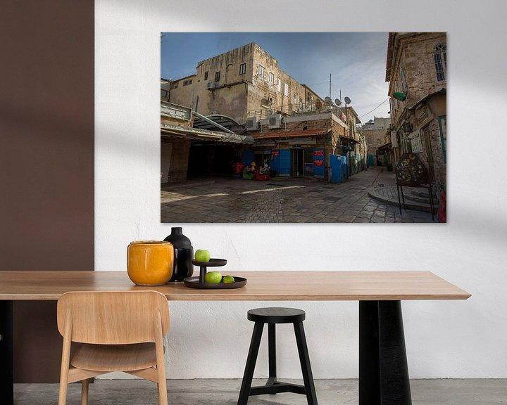 Sfeerimpressie: Straat met winkels in oude centrum van Accra in Israel van Joost Adriaanse