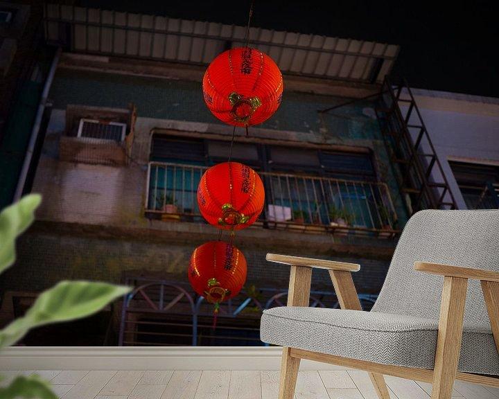 Sfeerimpressie behang: Rode Chinese lantaarns in de straten van Taipei van Teun Janssen