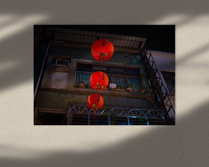 Sfeerimpressie: Rode Chinese lantaarns in de straten van Taipei van Teun Janssen