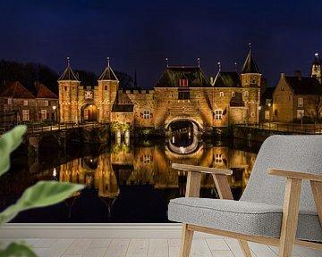 Koppelpoort in Amersfoort (Niederlande) während der blauen Stunde von Mayra Pama-Luiten