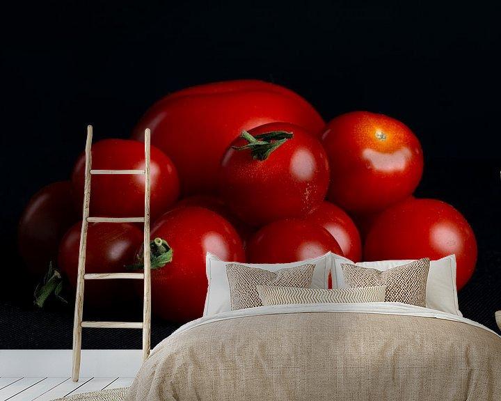 Sfeerimpressie behang: Tomaten op zwarte achtergrond van Ton de Koning