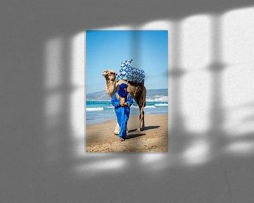 Wandelen met een kamer op het strand van Ellis Peeters
