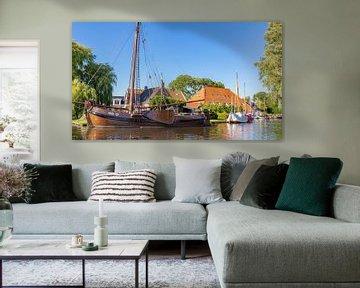 Stadsgezicht Heeg met boot in Friesland, Nederland