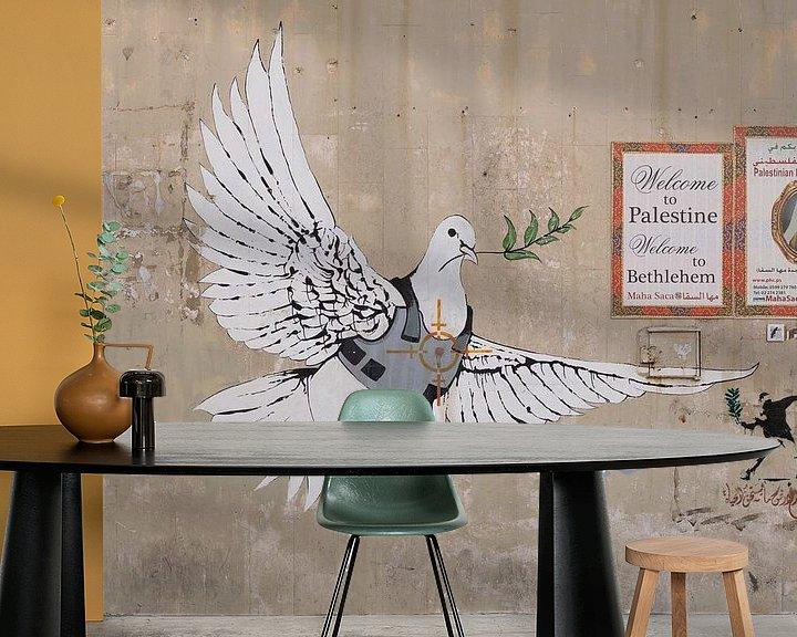 Sfeerimpressie behang: Vredesduif in kogelvrij vest door Banksy van Teun Janssen