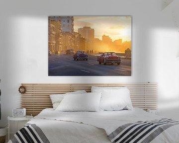 Oldtimer und Sonnenuntergang in Havanna, Kuba von Teun Janssen