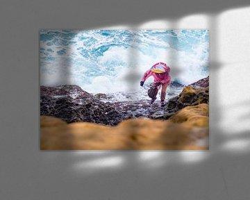 Mosselvisser bij de wilde zee van Taiwan van Teun Janssen