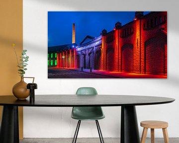 Alte Fabrikwand beleuchtet von Noud de Greef