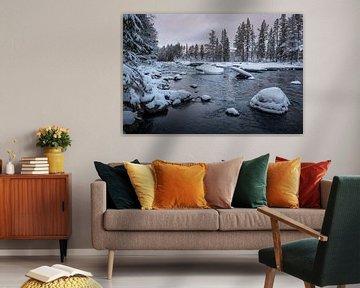 Rivier met besneeuwde toppen. van Marco Lodder