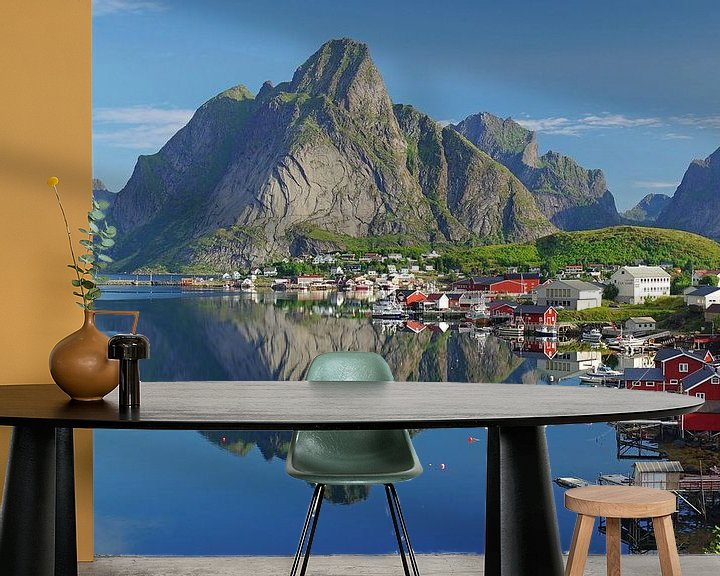 Sfeerimpressie behang: Zicht op de Reinefjorden van Reinhard  Pantke