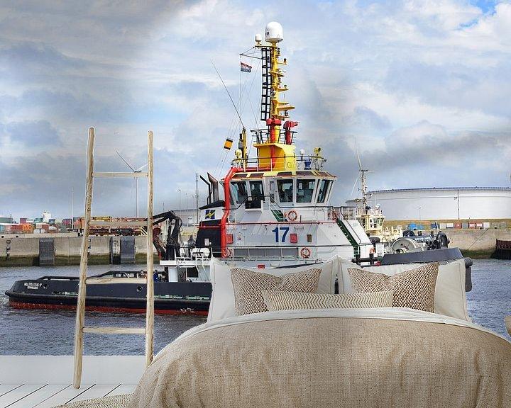 Sfeerimpressie behang: Sleepboot onderweg naar zijn werk van Piet Kooistra