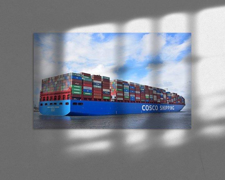 Sfeerimpressie: Volgestapeld containerschip vertrekt van Piet Kooistra