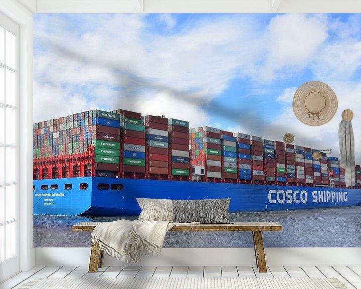 Sfeerimpressie behang: Volgestapeld containerschip vertrekt van Piet Kooistra
