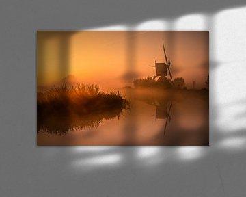 Molen die ontwaakt in de mist en zonsopgang