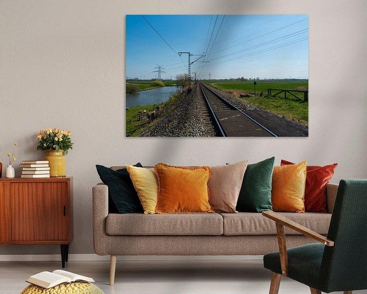 Sfeerimpressie: Eenzaam treinspoor door het platteland van Matthias Korn