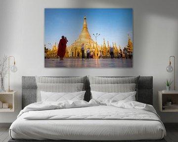 Boeddhistische monnik bij de Shwedagon-pagode in Yangon van Teun Janssen