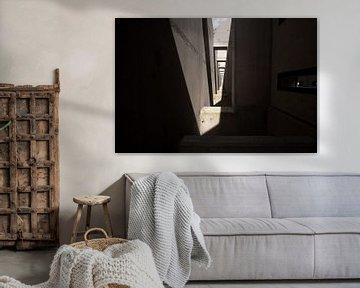 Betonkonstruktion mit sich wiederholenden Elementen aus Licht und Schatten von FHoo