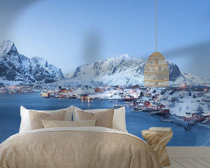 Sfeerimpressie behang: Winterlandschap in Lofoten van Charlotte Jalvingh