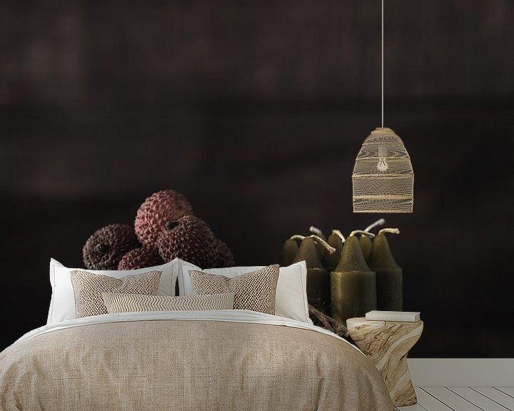 Sfeerimpressie behang: Duister en donker stilleven met fruit en kaarsen van Steven Dijkshoorn