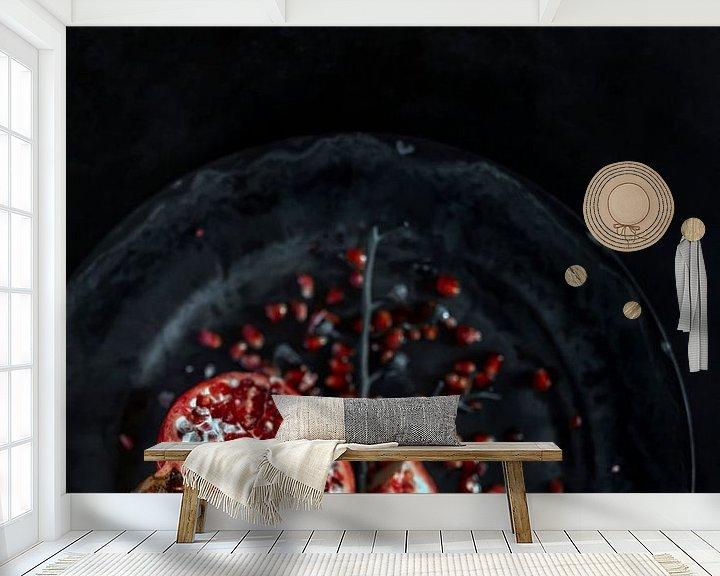 Sfeerimpressie behang: Stilleven | Granaatappel in een grijze omgeving van Steven Dijkshoorn