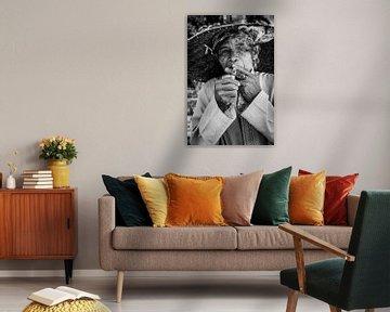 Portret Indonesische man met sigaret