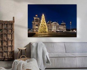 Le Reichstag construit à Berlin avec un arbre de Noël