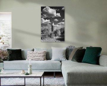 Leuchtturm zwischen den Wolken in schwarz und weiß von Hilda Weges