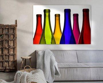 SF 00913807  gekleurde wijn flessen op witte achtergrond van BeeldigBeeld Food & Lifestyle
