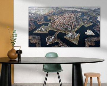 Luftbild der Festungsstadt Naarden in verschneiter Landschaft von aerovista luchtfotografie