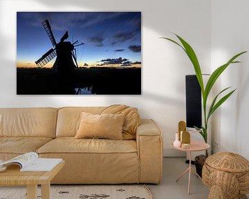 Un moulin à vent dans le noir sur Hannon Queiroz
