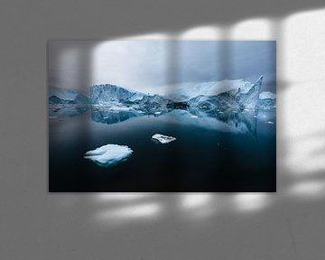 Weerspiegeling ijsberg in diep zwarte oceaan van Martijn Smeets