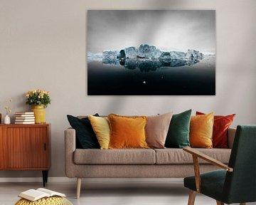 IJsschots in zwarte oceaan met onheilspellende lucht van Martijn Smeets