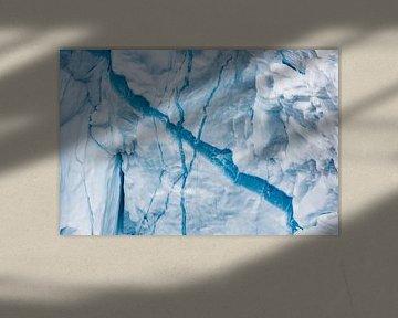 Detail van een breuk in een ijsschots in Groenland van Martijn Smeets