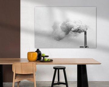 Hoher Schornstein, der Rauch, Nebel oder Verunreinigungen in die Luft abgibt