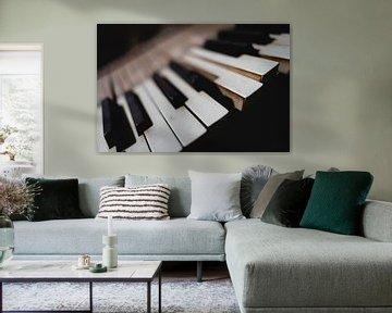 Toetsen van een piano in een loods in Groenland van Martijn Smeets