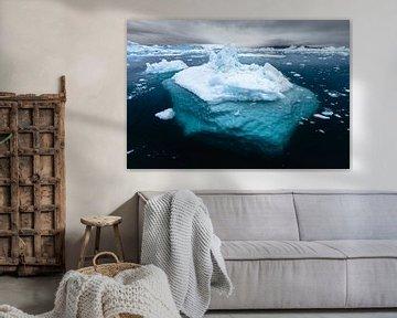 Topje van de ijsberg in helderblauw water van Martijn Smeets