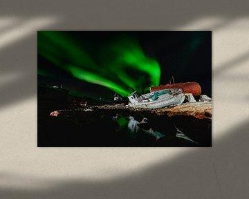 Aurore boréale (Aurora Borealis) au-dessus d'un naufrage et reflétée dans l'eau sur Martijn Smeets