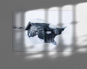 Houten hut in besneeuwd winterlandschap
