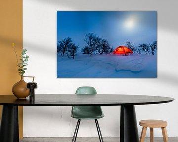 Winterlandschap met verlichte tent