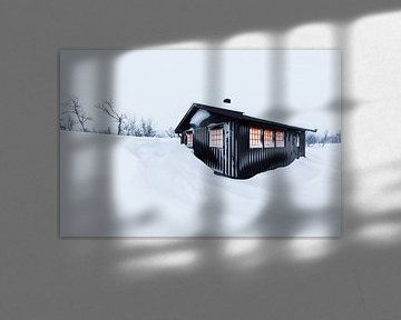 Sfeervolle houten hut in winterlandschap