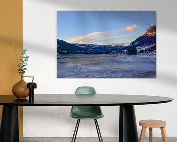 Bevroren meer tussen de bergen van Sander Hekkema
