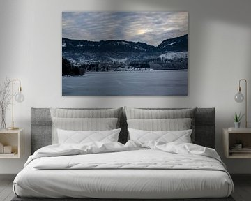 Huis aan een dichtgevroren meer van Sander Hekkema