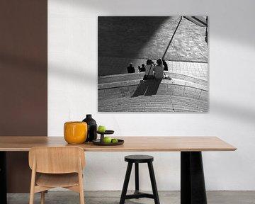 Frauen entspannen auf dem Jaarbeursplein in Schwarz-Weiß von Bart van Lier