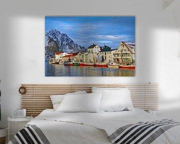 Vissersboot in de haven van Henningsvaer van Reinhard  Pantke